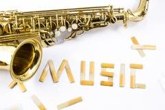 Saxophone sur le fond blanc Photo libre de droits
