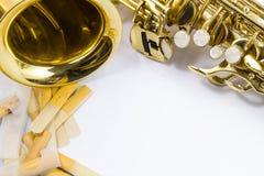 Saxophone sur le fond blanc Image libre de droits