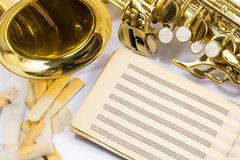 Saxophone sur le fond blanc Image stock