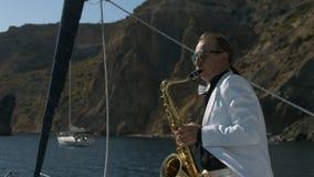 Saxophonist στην άσπρη τζαζ παιχνιδιού κοστουμιών στο χρυσό saxophone απόθεμα βίντεο