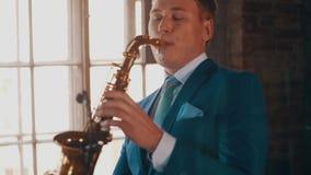 Saxophonist στο μπλε παιχνίδι κοστουμιών στο χρυσό saxophone Ζήστε απόδοση Καλλιτέχνης της Jazz φιλμ μικρού μήκους