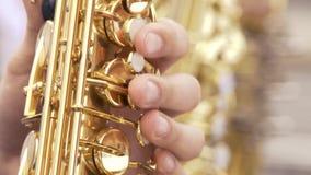 Saxophonist στο παιχνίδι σακακιών γευμάτων στο χρυσό saxophone Ζήστε απόδοση Μουσική της Jazz φιλμ μικρού μήκους