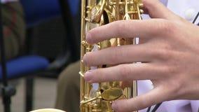 Saxophonist στο παιχνίδι σακακιών γευμάτων στο χρυσό saxophone Ζήστε απόδοση Μουσική της Jazz απόθεμα βίντεο