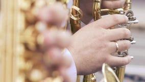 Saxophonist στο παιχνίδι σακακιών γευμάτων στο χρυσό saxophone Ζήστε απόδοση Μουσική της Jazz Ακολουθήστε την εστίαση φιλμ μικρού μήκους