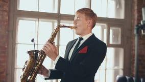 Saxophonist στο παιχνίδι σακακιών γευμάτων στη σκηνή Μικρόφωνο καλλιτεχνών της Jazz όργανο απόθεμα βίντεο