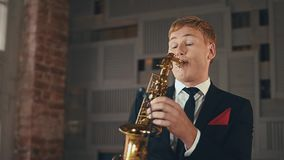 Saxophonist στο παιχνίδι σακακιών γευμάτων στο χρυσό saxophone Απόδοση καλλιτεχνών της Jazz απόθεμα βίντεο