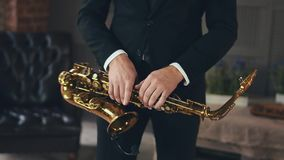 Saxophonist στο παιχνίδι σακακιών γευμάτων στο χρυσό saxophone Μικρόφωνο καλλιτεχνών της Jazz απόθεμα βίντεο
