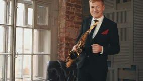 Saxophonist στο χορό σακακιών γευμάτων με το χρυσό saxophone στο στάδιο Καλλιτέχνης της Jazz απόθεμα βίντεο