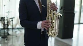 Saxophonist auf einer Stufe stock video footage