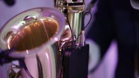 Saxophonist auf einer Stufe stock video