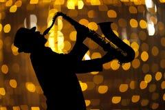 Saxophonist Man, das auf Saxophon spielt Lizenzfreie Stockfotografie