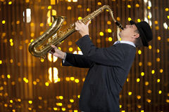 Saxophonist Man, das auf Saxophon spielt Lizenzfreies Stockbild