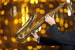 Saxophonist Man, das auf Saxophon spielt Lizenzfreies Stockfoto