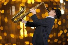 Saxophonist Man, das auf Saxophon spielt Stockfotos