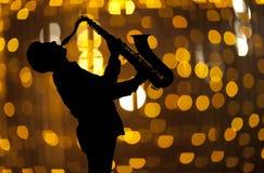 Saxophonist Man, das auf Saxophon spielt Stockfoto