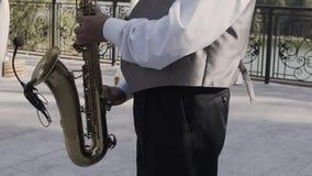 Saxophoniste dans le jeu de veste de dîner sur le saxophone d'or Représentation vivante Jazz Music banque de vidéos