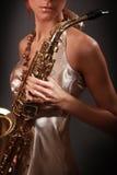 Saxophoniste de femme images stock