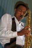 Saxophoniste de jeunes de gratte-cul Photo stock