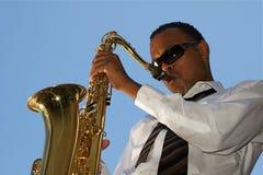 Saxophoniste de jeunes de gratte-cul Image libre de droits