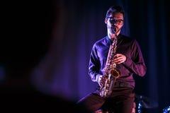 Saxophoniste jouant sur une étape Photos libres de droits
