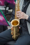 Saxophonistes jouant dans un jazz-band, habillé dans le gilet et des pantalons classiques du ` s des hommes photographie stock libre de droits