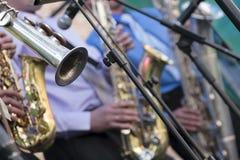 Saxophonquartett, das am Stadium durchführt Stockfotos