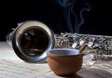 Saxophonzigarette und alte Blattmusik Stockbilder