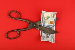 SaxsnittUS dollar över röd bakgrund Arkivfoton