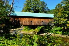 Saxtons flod, VT: Hall Covered Bridge Arkivbild