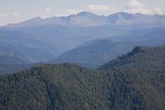 Sayan Berge. Russland. Ansicht vom Durchlauf. Lizenzfreie Stockfotografie