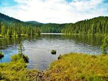 Sayan Kitorm, Ryssland, berg sjö som lokaliseras i norr Sayan i Ryssland Storartat oförglömligt landskap Royaltyfri Bild