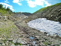 Sayan Kitorm, Ryssland, bergfördjupning som lokaliseras i norr Sayan i Ryssland Storartat oförglömligt landskap Fotografering för Bildbyråer