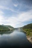 Sayano-Shushenskaya河的叶尼塞与氢结合的动力火车 库存图片