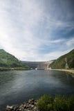 Sayano-Shushenskaya河的叶尼塞与氢结合的动力火车 图库摄影