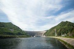 Sayano-Shushenskaya Hydrokraftverk på floden Yenisei Arkivbilder