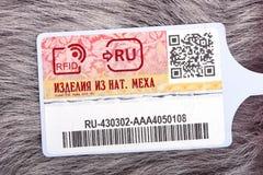 SAYANSK, IRKUTSK-REGION, RUSSLAND - 16. Dezember 2016: Überprüfen Sie Erkennungszeichennahaufnahme mit natürlichem Pelz Stockfoto