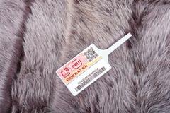SAYANSK, REGIÃO de IRKUTSK, RÚSSIA - 16 de dezembro 2016: Verifique a marca de identificação com a pele natural Imagens de Stock Royalty Free