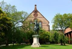 Sayles Hall и Gordian III статуя, университет Брайна Стоковое Изображение