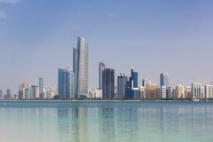 Saylight Abu Dhabi Skyline con los rascacielos fotografía de archivo libre de regalías