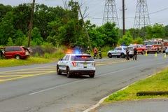 Sayreville NJ ΗΠΑ - Jujy 02, 2018: Αστυνομία που λάμπει τα μπλε φω'τα χαλασμένο στο ατύχημα αυτοκίνητο Στοκ Εικόνα