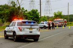 Sayreville NJ Etats-Unis - Jujy 02, 2018 : Maintenez l'ordre le sreet de voitures endommagé par service des urgences avec le clig Photo libre de droits