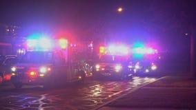 Sayreville NJ EUA pisca-pisca claro azul do 23 DE DEZEMBRO DE 2018 sobre de um carro da ambulância Luzes da cidade no fundo vídeos de arquivo