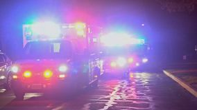Sayreville NJ LOS E.E.U.U. 1 DE ABRIL DE 2019, paseos de la ambulancia con la luz que destella la calle del desarrollo de comunid almacen de video