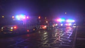 Sayreville NJ LOS E.E.U.U. 23 DE DICIEMBRE DE 2018 - ambulancia en la emergencia, escena de choque de coche, accidente en los cam almacen de video