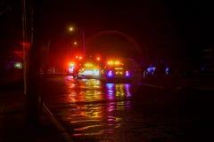 Sayreville NJ, USA - Apryl 01, 2017 brandlastbilar på natten som reagerar till en appell Royaltyfria Bilder