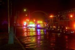 Sayreville NJ, USA - Apryl 01, 2017: Brandmotor av FDNY med ljus som exponerar på natten Royaltyfria Foton