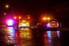 Sayreville NJ, Usa - Apryl 01, 2017 samochodów strażackich przy nocą odpowiada wezwanie Zdjęcia Royalty Free