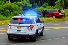 Sayreville NJ USA - Jujy 02, 2018: Övervaka blinkande blåa ljus på den skadade bilen för olyckan royaltyfri fotografi