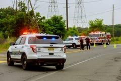 Sayreville NJ USA - Jujy 02, 2018: Övervaka skadad bilsreet för räddningstjänst med ljust blinka royaltyfri foto