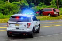 Sayreville NJ USA - Jujy 02, 2018: Blinkende Blaulichter der Polizei am Unfallbeschädigten fahrzeug Lizenzfreie Stockfotografie